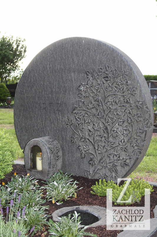 Familiengrab mit Efeu-Ornament, Diabas