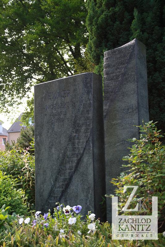 Zwei Stelen mit Treppenornament, Diabas, Familiengrab, Grabstein