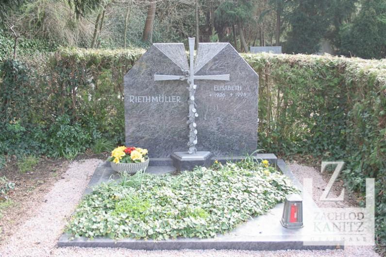 Familiengrabstein aus Orion in Bergheim mit Kreuz aus Alu