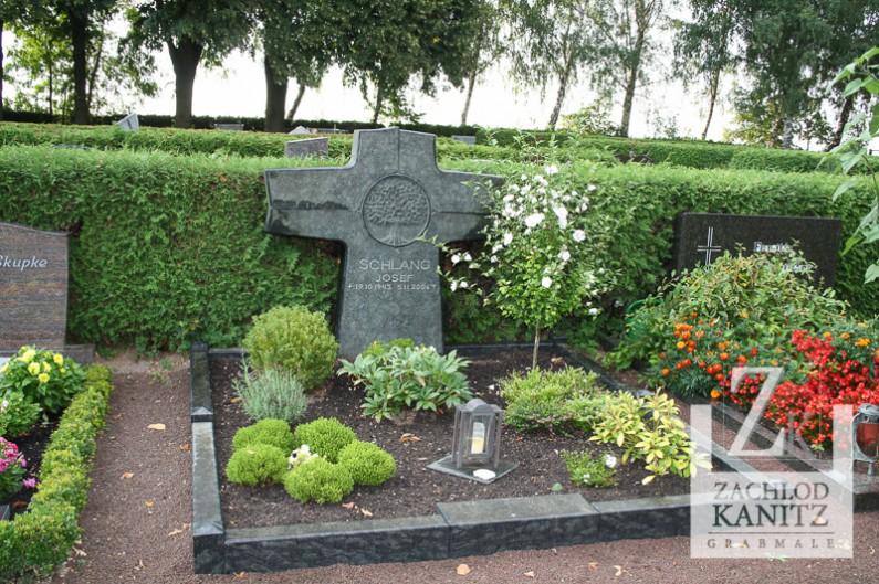 Kreuzförmiger Stein mit Lebensbaum Ornament