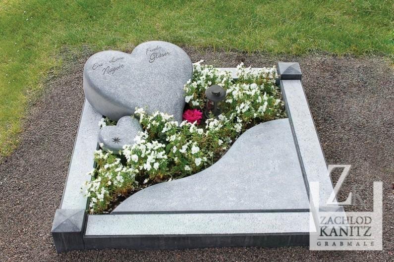 Urnengrab mit Steinherz handwerklich bearbeitet